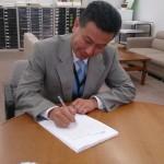 学生さんの質問に返答を書く佐々木副会長「今年もがんばって、書くぞ~!!」